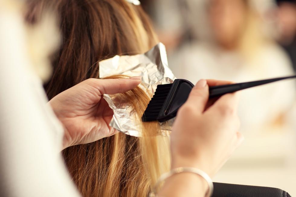 ¿Quieres teñirte el cabello en verano? Sigue estos consejos