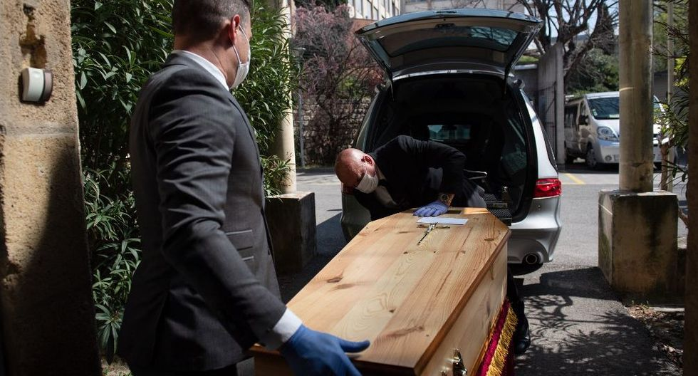 Cementerios desolados, sepulturas o cremaciones con presencia de pocas personas: así ha cambiado la labor de los funerarios. (Imagen referencial / AFP/CLEMENT MAHOUDEAU)
