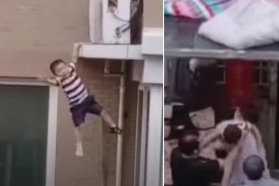 Foto 1 de 3 | La escena del niño cayendo y posteriormente siendo atrapado por un hombre dio la vuelta al mundo. | Crédito: RTÉ News en YouTube. (Desliza hacia la izquierda para ver más fotos)