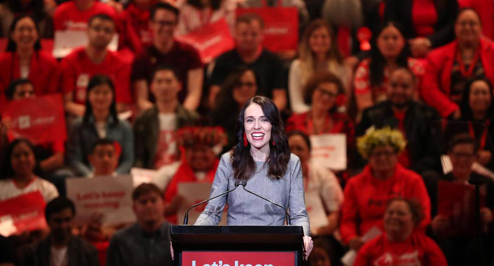 Detrás del logro neozelandés de ser el primer país en vencer al Covid-19, tras 100 días sin reportar casos nuevos, destaca la imagen de la jefa de Gobierno, una mujer que llegó hace tres años al poder para cambiar por completo la imagen de la política. (Foto: Michael Bradley / AFP)