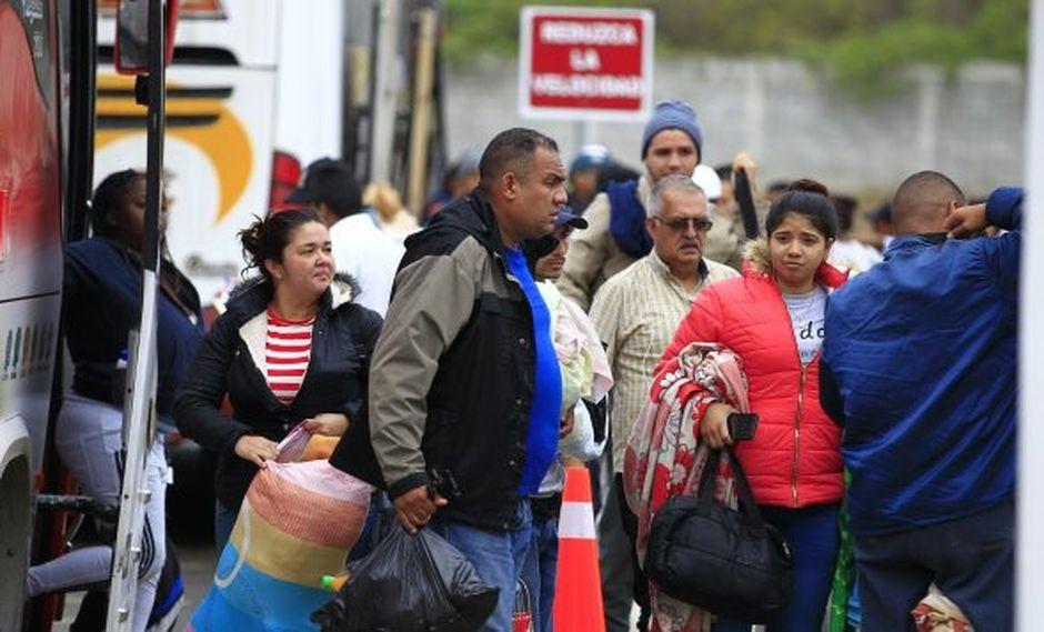 Cientos de venezolanos iniciaron la pasada madrugada, desde varios puntos de la ciudad ecuatoriana de Tulcán, el largo viaje hacia Perú en los autobuses fletados por el gobierno ecuatoriano. (Foto: EFE)
