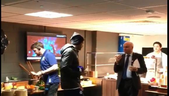 Diego Costa aprovechó el entretiempo del partido ante Watford para comer queso. El curioso vídeo se ha vuelto viral en las redes sociales.(Vídeo: YouTube-Foto: captura)
