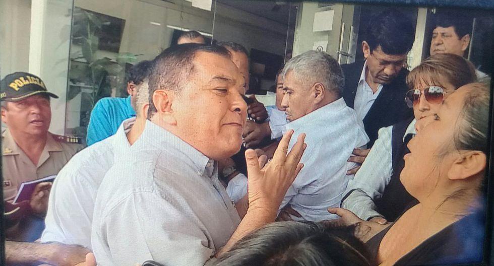 El alcalde Augusto Miyashiro no solo ha tenido enfrentamientos con sus propios vecinos. También ha protagonizado grescas con las autoridades de Surco. (Foto: @karinachavezk / Video: Latina)