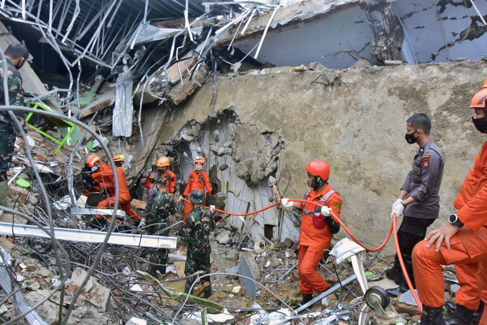Equipos de rescate de Indonesia trabajan este viernes contra reloj para encontrar supervivientes entre los escombros provocados por el terremoto de magnitud 6,2 que azotó esta madrugada la isla de Célebes, dejando al menos 42 muertos, centenares de heridos y más de 15.000 desplazados. (Texto: EFE / Foto: AP).