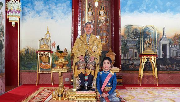 El rey Maha Vajiralongkorn y su consorte Sineenat Bilaskalayani. (AFP PHOTO / THAILAND'S ROYAL OFFICE)
