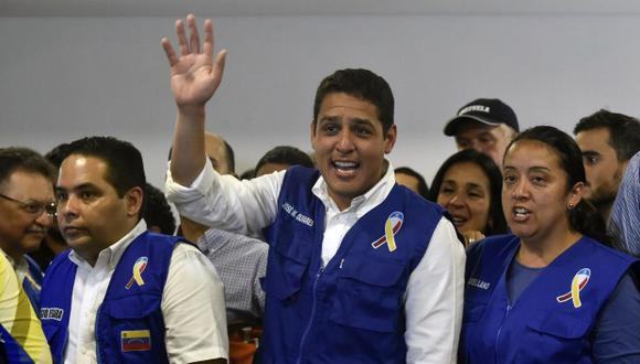 El exiliado opositor venezolano José Manuel Olivares habla con periodistas durante una conferencia de prensa. (Foto: AFP)