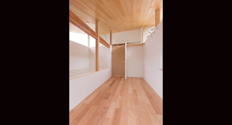 Los cuartos destacan por su amplitud, la cual es potenciada con colores claro y madera para otorgarles calidez. (Fuji-shokai, Masahiko Nishida / alts-design.com)