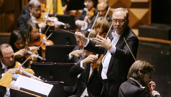 Ennio Morricone, dirigiendo en Roma, en 2006. (Foto: AFP)