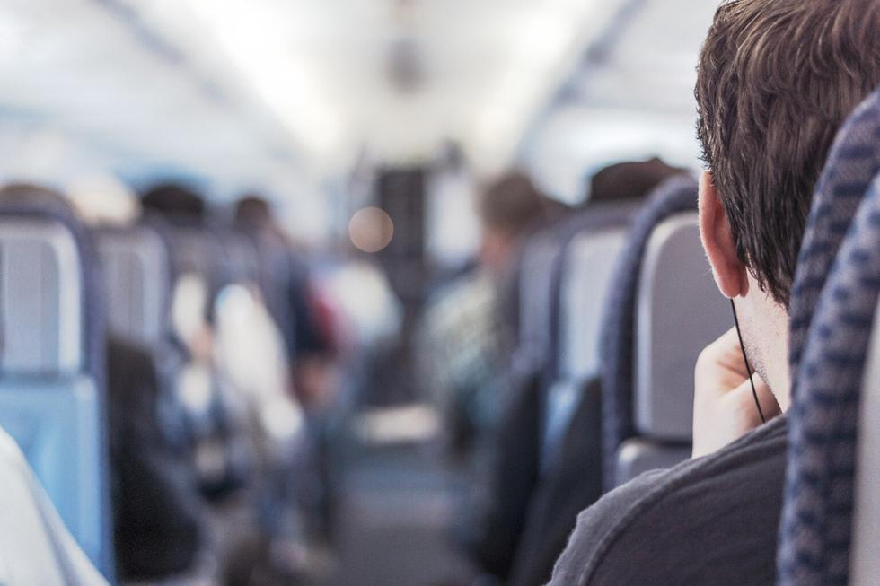 Un joven se robó el corazón de todos en las redes sociales por su desinteresado gesto hacia una anciana con la que compartía vuelo de Nueva York a Londres. (Foto: Pixabay/Referencial)
