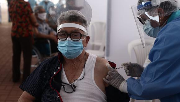Essalud vacuna a adultos mayores en diferentes puntos del país. (Foto: Jesus Saucedo/ @photo.gec)