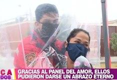Bomberos y policías abrazan a sus seres queridos usando paneles descartables