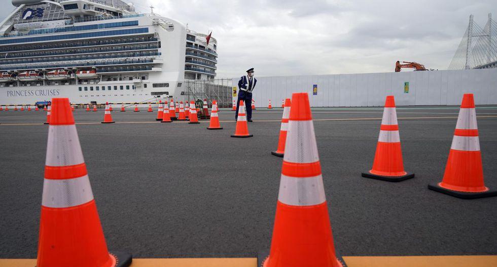 Un guardia de seguridad se encuentra en un punto de acceso del Diamond Princess atracado en la Terminal de cruceros Daikoku Pier en Yokohama. (AP).
