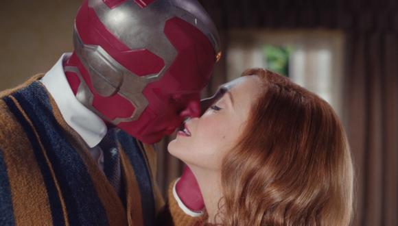 """La serie de Disney+ """"WandaVision"""" explora la relación entre Scarlet Witch (Elizabeth Olsen) y Vision (Paul Bettany) (Foto: Disney+)"""