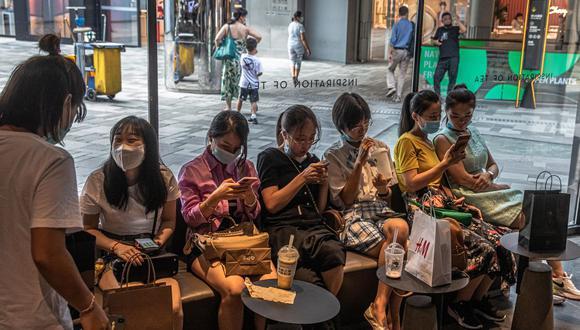Personas usan sus teléfonos móviles en una cafetería en la zona comercial de Sanlitun, en Beijing, China. (Foto: EFE/EPA/ROMAN PILIPEY).