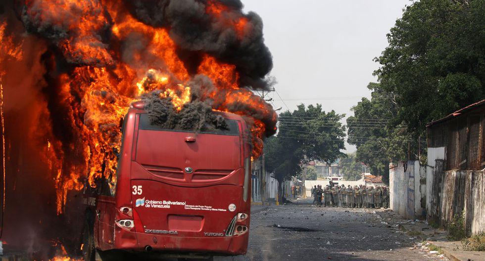 Venezuela: Militares dispersan con gases lacrimógenos a manifestantes en Ureña, en puente fronterizo con Colombia. En la imagen, opositores queman un autobús de transporte público. (Foto: Reuters).