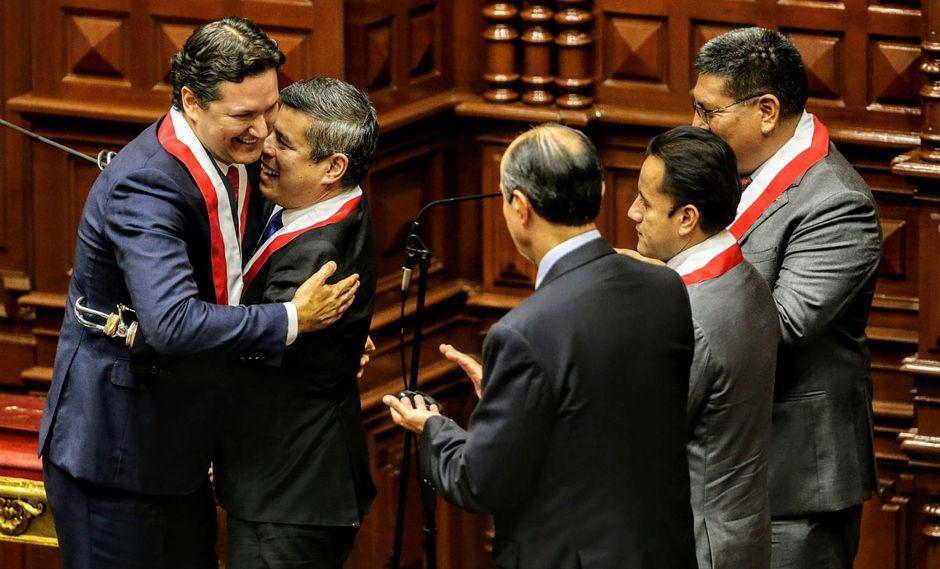 Luis Galarreta felicita a Daniel Salaverry, quien lo sucede como presidente del Congreso. (Foto: Andina)
