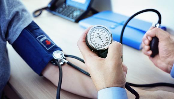 Médico toma la presión arterial a paciente. (Foto: Shutterstock)