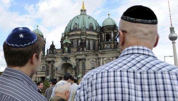 Hombres con kilpas en la cabeza en Berlín. (Foto: EFE)