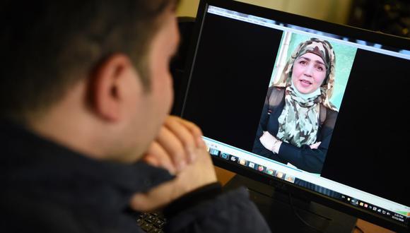 En esta foto tomada el 12 de noviembre de 2020, un hombre ve un video de la afgana Muzghan, que salió de la cárcel en septiembre después de confesar ser miembro de la ultraviolenta red Haqqani de los talibanes. (Foto de Wakil KOHSAR / AFP).