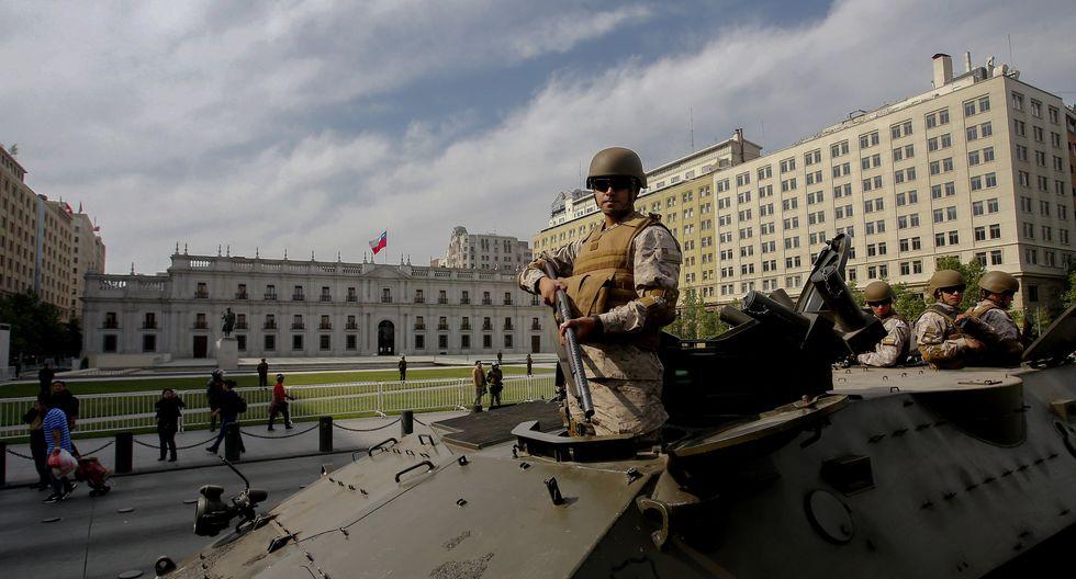 Militares patrullan las inmediaciones del palacio presidencial de La Moneda en Santiago de Chile. (AFP).
