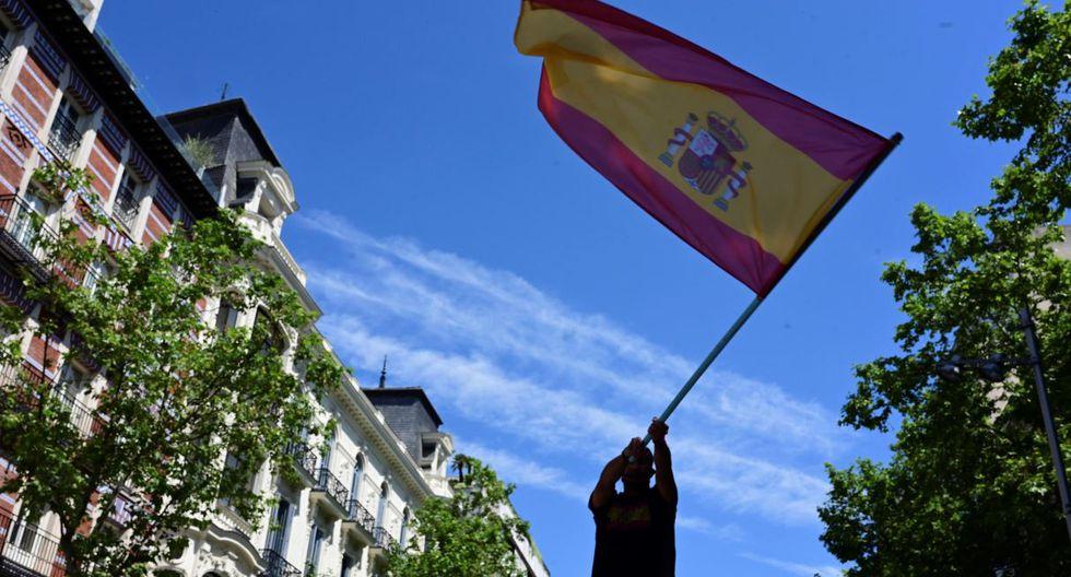 Fotografía de un manifestante agitando una bandera de España. El país confirmó más de 28.000 muertes por COVID-19. (EFE/Víctor Lerena).