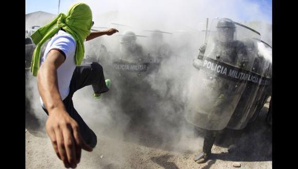 México: Padres de estudiantes intentan entrar a cuartel militar