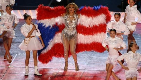 "J. Lo mostró la bandera de Puerto Rico al mismo tiempo que su hija cantaba ""Born In The USA"". (ALL SPORT/GETTY IMAGES)."