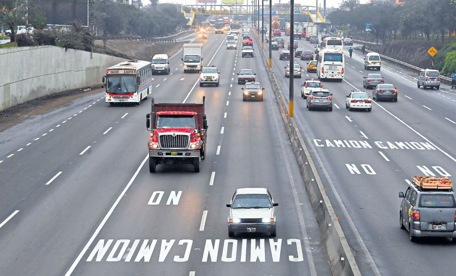 Los camiones (y también los buses) deberán circular solo por los dos carriles de la derecha en la Panamericana Sur. La vía ha sido señalizada. (Alessandro Currarino / El Comercio)