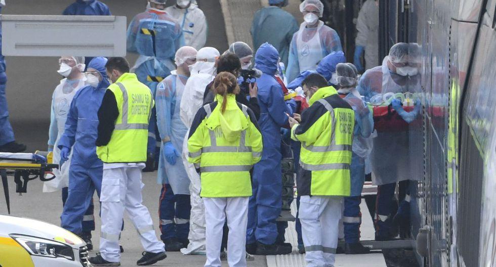 El personal médico de emergencia carga a pacientes afectados con coronavirus a bordo de un TGV (tren de alta velocidad) medicalizado en Mulhouse, este de Francia. (Foto: AFP/Sebastien Bozon)