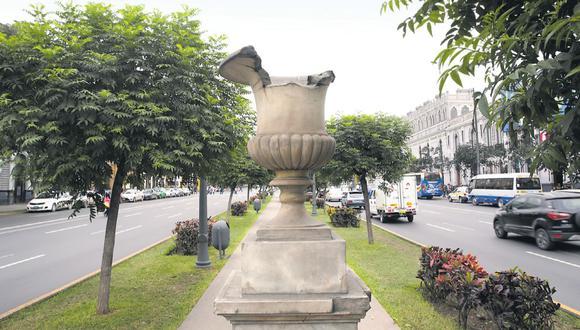 Solo un monumento del Paseo Colón parece estar en perfecto estado, mientras que los otros desaparecieron o les falta alguna pieza. (Alonso Chero)
