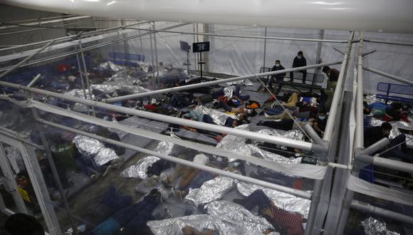 Menores de edad yacen dentro de una cápsula en el centro de detención del Departamento de Seguridad Nacional de Donna, el principal centro de detención para niños no acompañados en el Valle del Río Grande administrado por la Oficina de Aduanas y Protección Fronteriza de EE. UU. (CBP),  el 30 de marzo de 2021. (Foto: DARIO LOPEZ-MILLS / POOL / AFP)