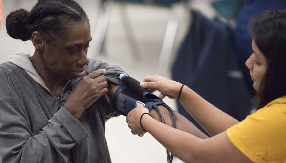 Una enfermera controla la presión arterial de un paciente en la escuela secundaria del condado de Greensville, en Emporia, Virginia, el 25 de junio de 2017. (PAUL J. RICHARDS / AFP).