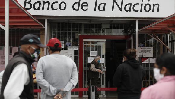 Personas se acercan a agencias bancarias para cobrar el Bono Universal Familiar otorgado por el gobierno. (Foto: GEC)
