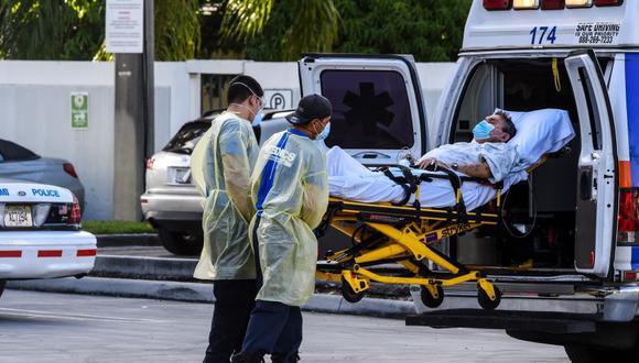 Los llevan a un paciente en el Hospital Coral Gables, en Miami, Estados Unidos, donde se trata a enfermos de coronavirus. (Foto por CHANDAN KHANNA / AFP).