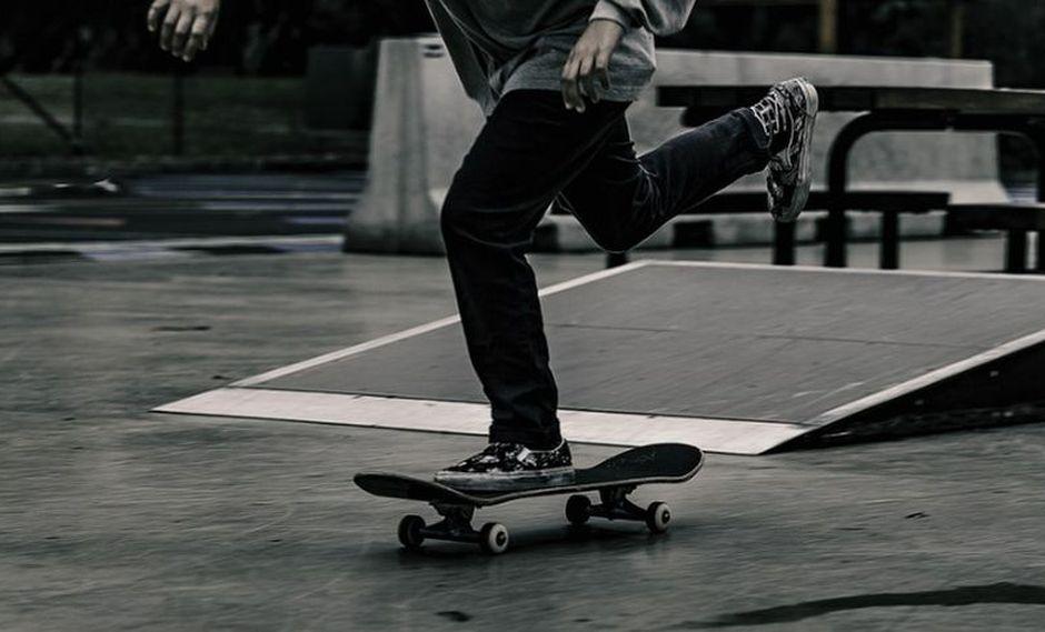 El joven no pudo sostener su skate cuando realizaba truco. (Foto: Pixabay)