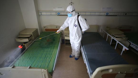 Un trabajador desinfecta una habitación en el hospital de la Cruz Roja en Wuhan, en la provincia central de Hubei, China, el epicentro del coronavirus. (AFP).
