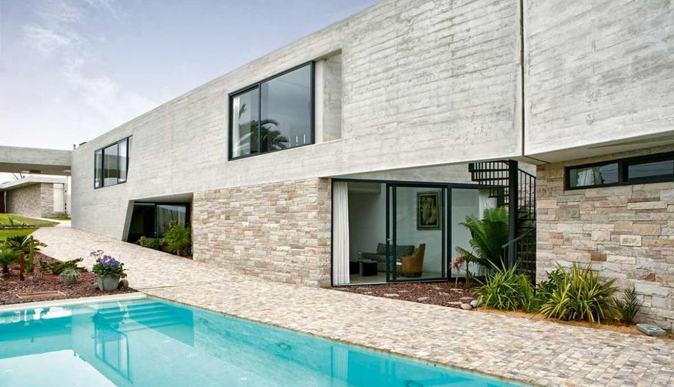 Se usaron materiales como el terrazo, la piedra y el concreto para mimetizar la vivienda con su entorno. (Foto: Jaime Gianella)