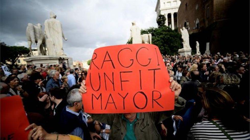 Los manifestantes creen que la alcaldesa Virginia Raggi no ha hecho lo suficiente para solucionar los problemas de la ciudad. Foto: Getty images, vía BBC Mundo