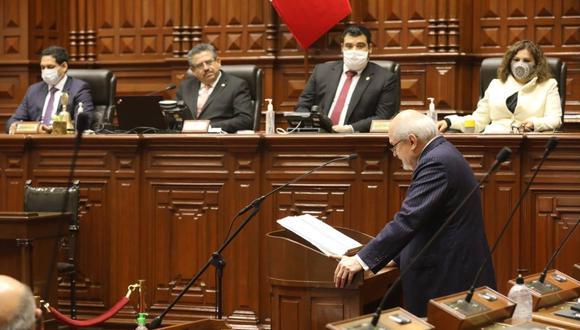 El presidente del Consejo de Ministros (PCM) Pedro Cateriano se dirige a la representación nacional para solicitar el voto de investidura, ayer, en el Palacio Legislativo. (Foto: Congreso).