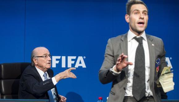 FIFA denuncia penalmente a cómico que lanzó billetes a Blatter
