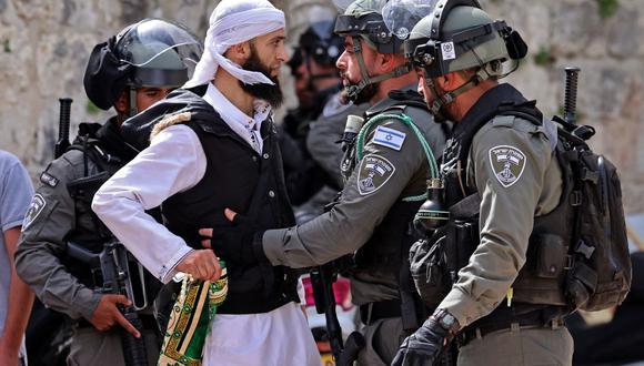 Un palestino discute con las fuerzas de seguridad israelíes en la Ciudad Vieja de Jerusalén. (Foto de EMMANUEL DUNAND / AFP).