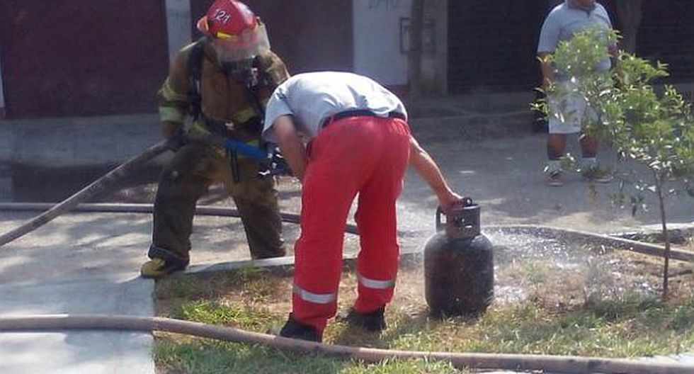 Incendio en SJL: bomberos rescataron a familia por deflagración - 2