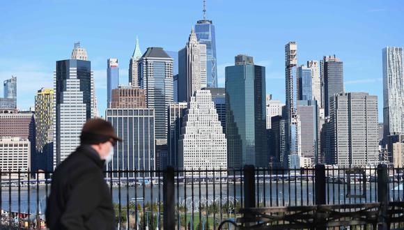 Un hombre que usa una máscara facial camina en Nueva York, el estado de Estados Unidos con más contagios por coronavirus. (AFP / Angela Weiss).