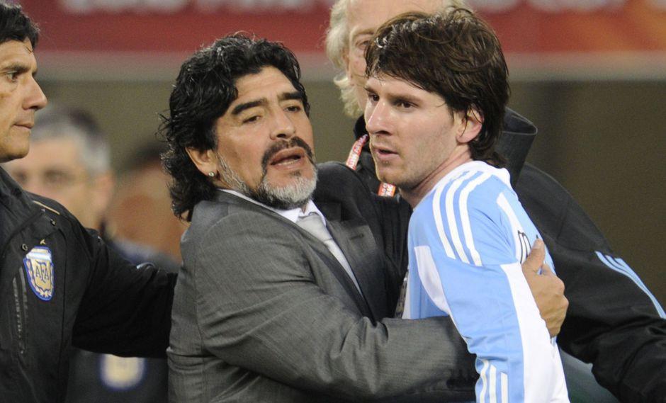 Diego Maradona y Lionel Messi en el Mundial de Sudáfrica 2010. En aquel torneo, Argentina fue eliminada en cuartos de final por Alemania, que la goleó 4-0. (Foto: AFP)