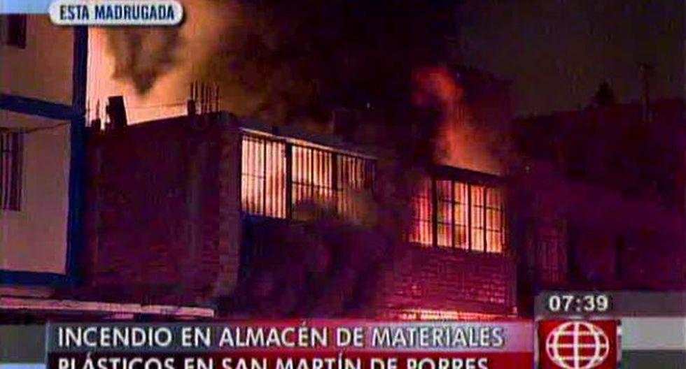 Incendio destruyó almacén de material plástico en SMP