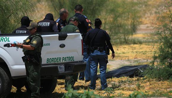 Forenses de Estados Unidos trasladan el cuerpo de un migrante mexicano que falleció presumiblemente ahogado en el Río Bravo, en Ciudad Juárez, estado de Chihuahua (México). (Foto: EFE/ Luis Torres)