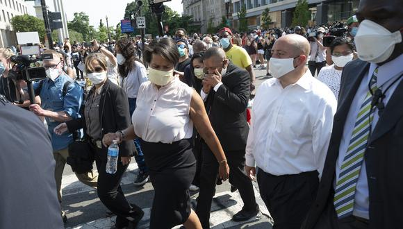 """La difusión de la medida fue acompañada por el eslogan: """"Es simple, cuando salgas de casa debes usar una máscara"""". (Foto: JIM WATSON / AFP)"""