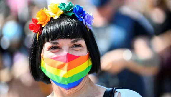 En la foto se ve a una persona que lleva una mascarilla con el tema del arcoíris mientras asiste a una protesta en Milán, Italia, el 8 de mayo de 2021. (Foto de archivo: Reuters/Flavio Lo Scalzo)