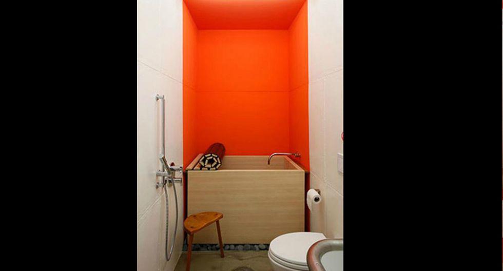 El baño y la cocina también se encuentran dentro del área naranja de la casa. Para no quitarle protagonismo al color, se usaron muebles de colores como marrón o verde pálido. (Foto: lot-ek.com)