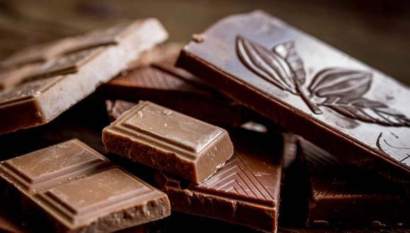 Chocolate negro. Aumenta el nivel de serotonina en el cerebro, ya que la presencia de azúcar y manteca de cacao hace que el cuerpo pueda absorber mayor cantidad de triptófano, y de esta forma, provoca una mayor sensación de bienestar. (Foto: Shutterstock)